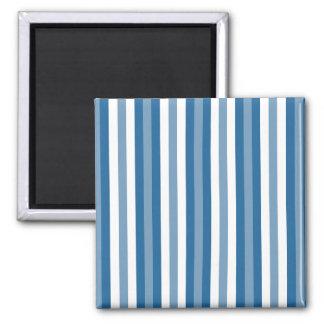 Azul y blanco del fondo de las rayas imán cuadrado