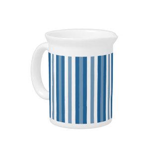 Azul y blanco del fondo de las rayas jarra de beber