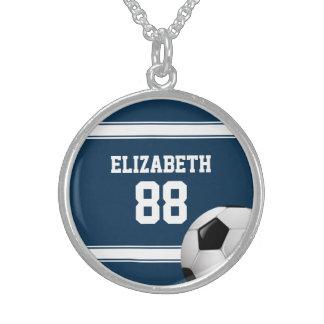 Azul y blanco raya el balón de fútbol del jersey collar de plata de ley