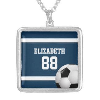 Azul y blanco raya el balón de fútbol del jersey collar plateado
