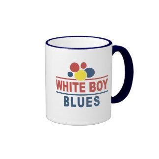 Azules blancos del muchacho taza