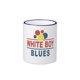 Azules blancos del muchacho taza de café