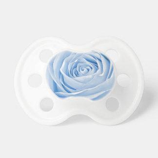Azules cielos delicados de la foto floral subiós chupetes de bebe