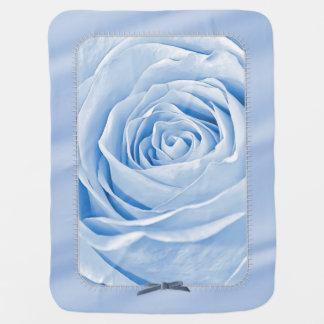 Azules cielos delicados de la foto floral subiós mantitas para bebé