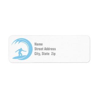Azules cielos que practican surf etiqueta de remite