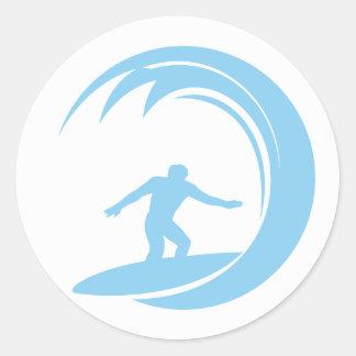 Azules cielos que practican surf pegatina redonda