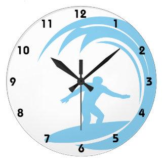 Azules cielos que practican surf reloj redondo grande
