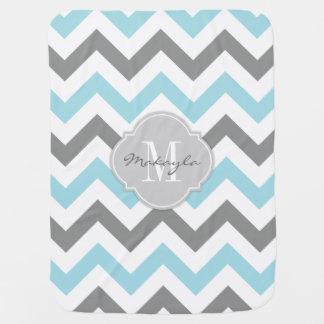Azules cielos y gris Chevron con el monograma Mantitas Para Bebé