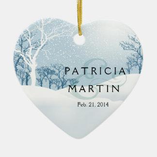 Azules claros del boda del invierno Nevado Adorno Navideño De Cerámica En Forma De Corazón
