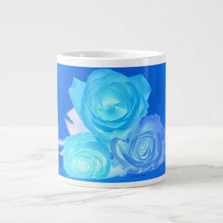 Azules imagen invertida tres rosas taza de café grande