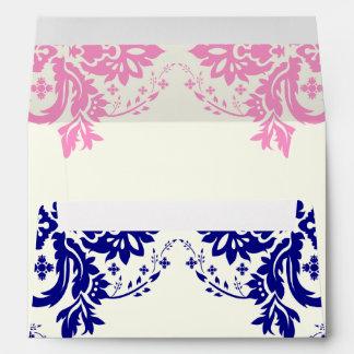 Azules marinos del adorno del damasco, rosa, boda sobres