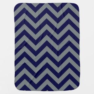 Azules marinos, modelo de zigzag grande de Chevron Mantita Para Bebé