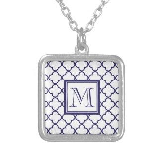 Azules marinos, Quatrefoil blanco el | su monogram Colgante Cuadrado