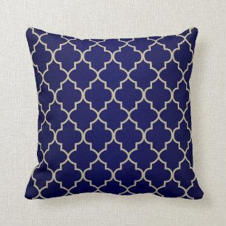 Azules marinos y diseño de color caqui de cojín