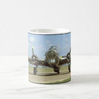 B17 en la pista, frontal. (aviones del plane_WWII Taza De Café