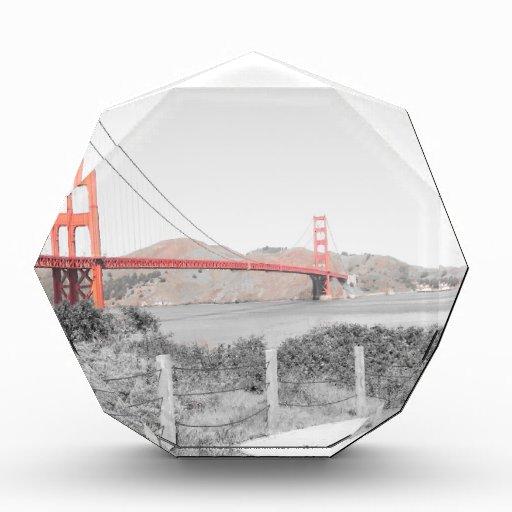 B&w de puente Golden Gate con estallido del color