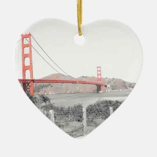 B&w de puente Golden Gate con estallido del color Adorno De Cerámica En Forma De Corazón