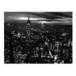 B&W New York City en la noche Postal