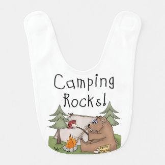 Babero de las rocas que acampa