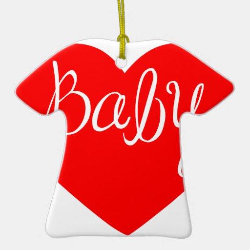 baby-in-heart-2-ma-red.png adorno navideño de cerámica en forma de playera