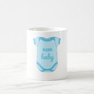 Babygro en nueva taza azul del bebé