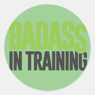 Badass en el entrenamiento pegatina redonda