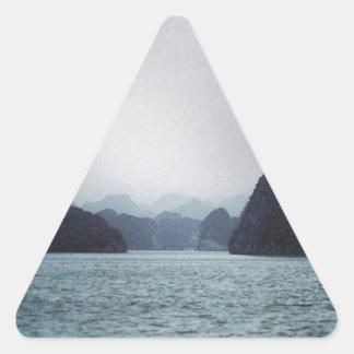 Bahía de Halong suavemente azul, soñadora, Pegatina Triangular