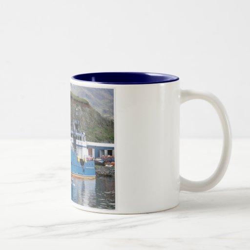 Bahía de la belleza, barco del cangrejo en el puer tazas de café
