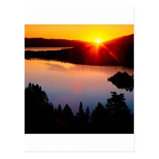 Bahía esmeralda el lago Tahoe de la puesta del sol Postal