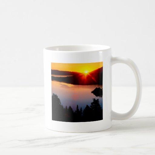Bahía esmeralda el lago Tahoe de la puesta del sol Tazas De Café