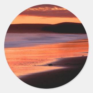 Bahía Marin de los Drakes de la puesta del sol de Pegatina Redonda