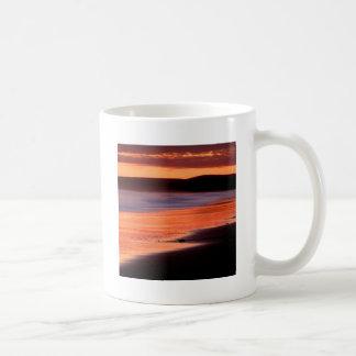 Bahía Marin de los Drakes de la puesta del sol de Taza Clásica