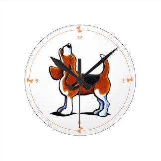 Bahía tricolora del beagle reloj redondo mediano