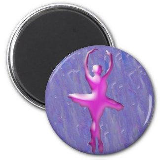 Bailarín de ballet en rosa en fondo azul imán redondo 5 cm