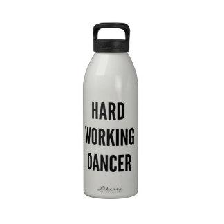 Bailarín de trabajo duro botallas de agua