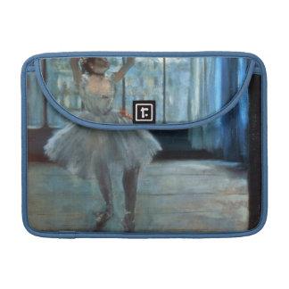 Bailarín delante de una ventana funda para macbook pro
