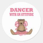 Bailarín divertido con actitud etiqueta redonda