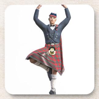 Bailarín escocés con ambas manos para arriba posavasos de bebidas
