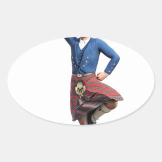 Bailarín escocés con la mano derecha para arriba pegatina ovalada