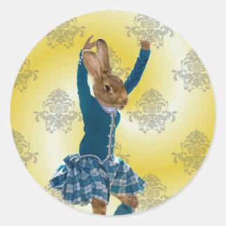 Bailarín escocés de la montaña del conejo lindo pegatina redonda