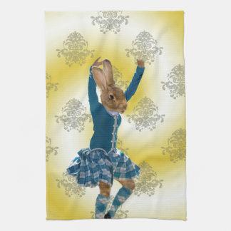 Bailarín escocés de la montaña del conejo lindo toalla de mano