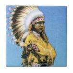 Bailarín indio del pueblo en traje ceremonial azulejo ceramica