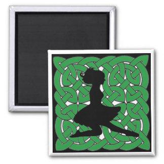 Bailarín irlandés en nudo céltico verde iman para frigorífico