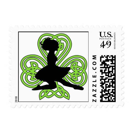 Bailarín irlandés que salta el trébol céltico del sellos