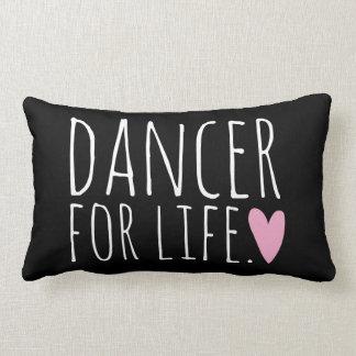 Bailarín para el negro de la vida con el corazón cojín