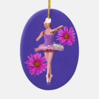 Bailarina con el ornamento rosado de las adorno navideño ovalado de cerámica