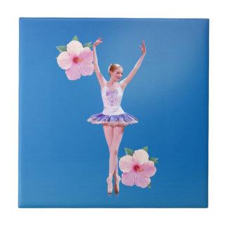 Bailarina con las flores rosadas del hibisco azulejo cuadrado pequeño