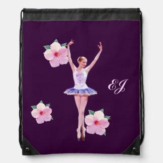 Bailarina con las flores rosadas del hibisco, mono mochila