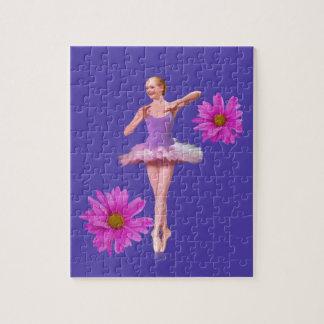 Bailarina con rompecabezas rosado de las margarita
