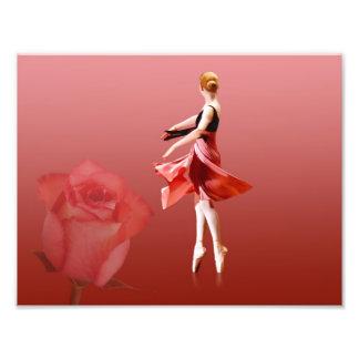 Bailarina de giro con el rosa rojo foto